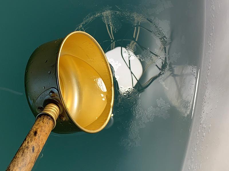 無濾過の「新焼酎」では、浮いた脂分を除去するための「すくいとり」のみ行われる。